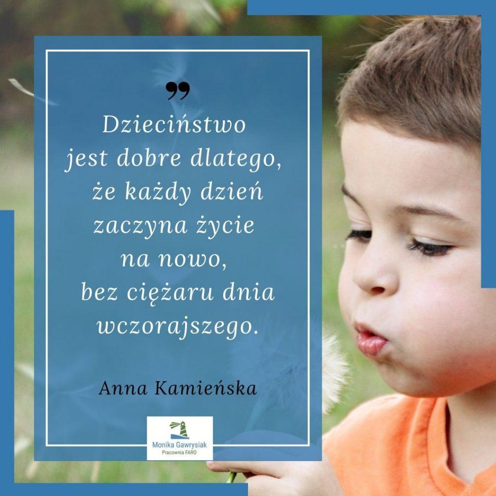 Dziecinstwo jest dobre dlatego zekazdy dzien zaczyna zycie nanowo bezciezaru dnia wczorajszego Anna Kamienska monikagawrysiak.pl  1024x1024 - Jak obudzić wsobie radość życia?